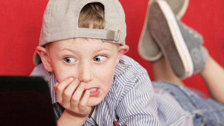 ein Junge mit einem verwunderten Gesichtsausdruck