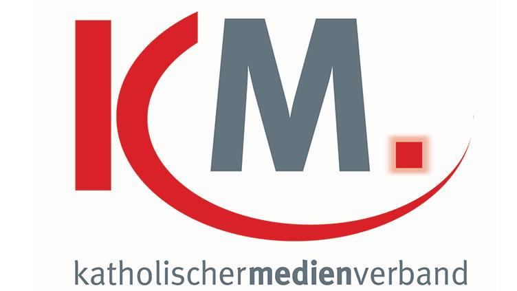 """Logo des katholischen Medienverbandes. Großes rotes """"K"""" mit grauem """"M""""."""