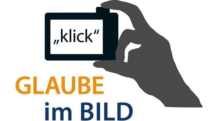 """gezeichnete Hand mit Fotoapparat, auf dem """"klick"""" steht; Schriftzug """"Glaube im Bild"""" (Symbolbild für den Fotowettbewerb)"""