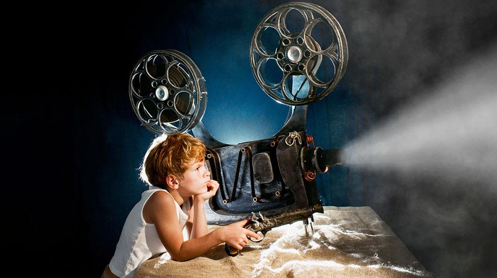 Junge mit Filmprojektor - Filmtipps