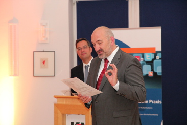 Die Kursleiter Stefan von der Bank und Prof. Andreas Büsch überreichen die Zertifikate (Zertifikatskurs Medienpädagogische Praxis)