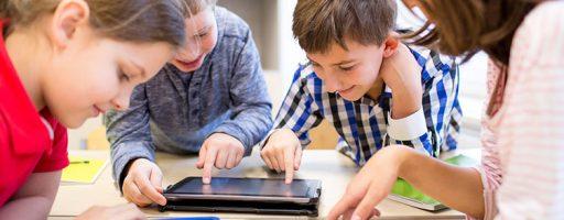 Kinder am Tablet; Symbolbild für die Stellungnahme von KboM zur KMK-Strategie