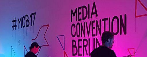 Eine Wand auf der re:publica wird bemalt. Zu sehen sind die Schriftzüge #mcb14 und Media Convention Berlin.
