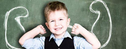 Lernmodul gegen Cybermobbing: Kind vor Tafel