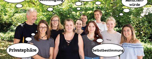 Gruppe von Menschen mit Sprechblasen über dem Kopf