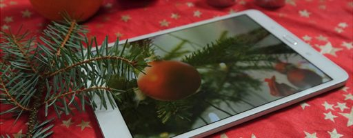 Ein Tablet auf dem Weihnachtstisch; Symbolbild für digitale Weihnachtsgeschenke