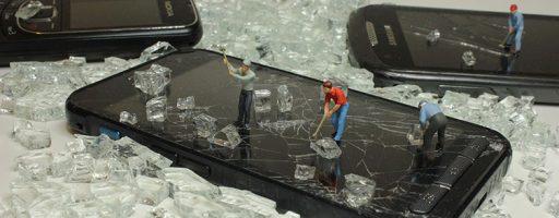 Mini-Bauarbeiter auf einem Smartphone-Bildschirm