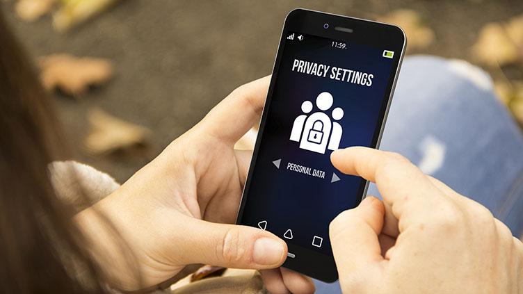 Hand am Smartphone: Einstellungen für mehr Datenschutz und Privatsphäre am Smartphone (Symbolbild)