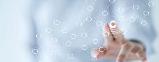 Fikitves Bild. Eine Hand berührt einen Bildschirm, Kreise entstehen - Kirche im Web