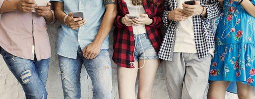 Menschen mit Smartphones in den Händen (Check the web)