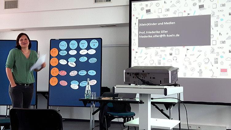 Prof. Friederike Siller während ihres Vortrags beim Alumnitreffen des Zertifikatskurses Medienpädagogische Praxis
