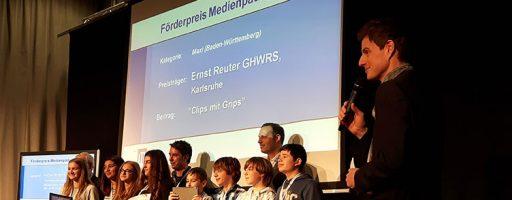 Gruppe Jugendlicher, die mit dem Fördpreis Medienpädagogik ausgezeichnet worden sind
