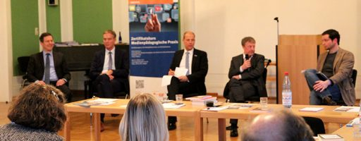 Das Foto zeigt 5 Männer, die im an einem Tisch sitzen und diskutieren.zum Thema: Medienbildung: ein Weg zur digitalen Arbeitswelt