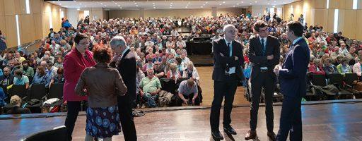Bühne mit Menschen und Publikum