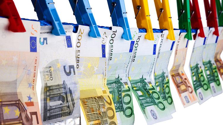 Geldscheine an Wäscheleine (Symbolbild zum Artikel: Technikausstattung alleine reicht nicht)