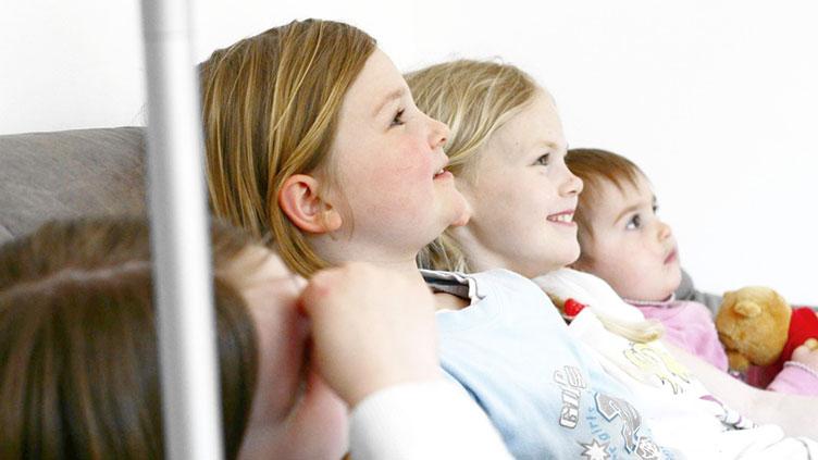 vier Kinder auf dem Sofa