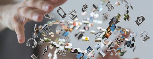 Digital 2020: Unterwegs zur digitalen Arbeitswelt. Das Foto zeigt zwei Hände und einen Ball aus Icons von Technikgeräten.