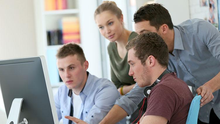 Unterwegs zur digitalen Arbeitswelt - eine Gruppe Jugendlicher schaut auf einen Bildschirm