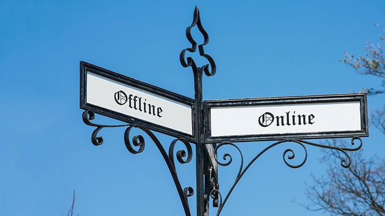 """Wegweiser mit den Richtungen """"Offline"""" und Online"""""""