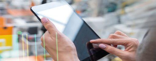 Tablet in den Händen einer Frau; Symbolbild zur Tagung zum Thema Arbeitswelt 4.0