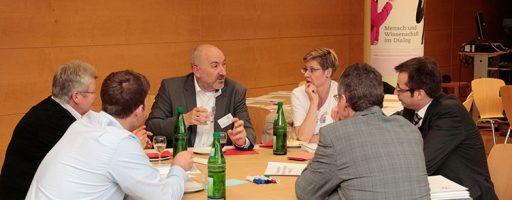 Kleingruppe im World Café zum Thema Medienkompetenzvermittlung