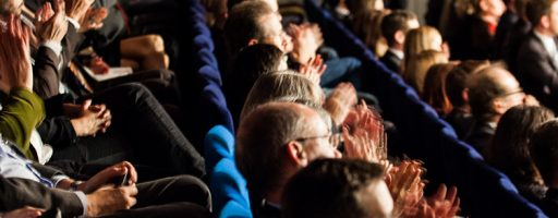 Reihen von sitzenden Menschen, ZuschauerInnen bei der Verleihung des Katholischen Medienpreises