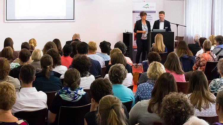 Menschen bei einem Vortrag auf der Tagung zum Thema frühkindliche Medienbildung