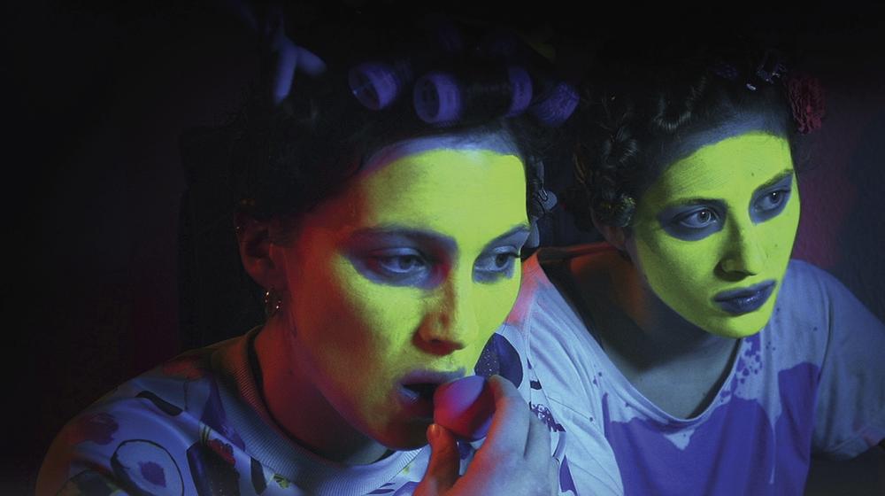 Ausschnitt des Coverbildes: zwei Mädchen in Maske vor ihrem Laptop.