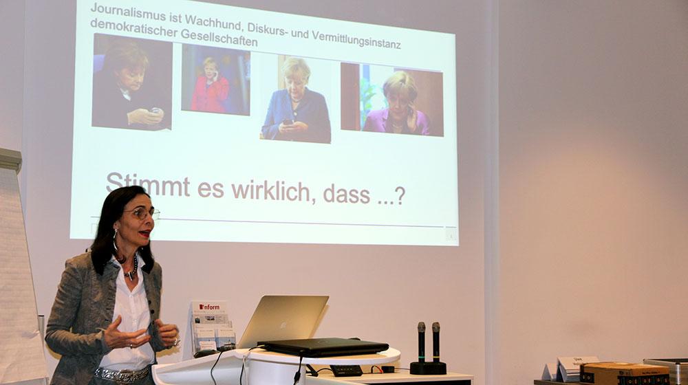 Vortragende vor ihrer Präsentation (Prof. Dr. Marlis Prinzing im Rahmen von #mepps)