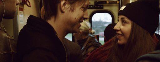 """Anna und Jesper im Zug (Screenshot aus """"Ich folge dir"""")"""