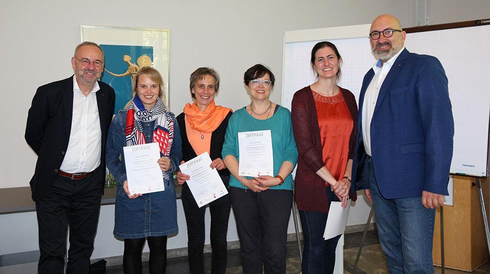 Die vier frisch zertifizierten Alumni mit Kursleitung