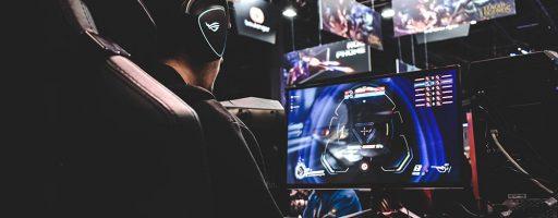 Gamer vor Monitor spielen