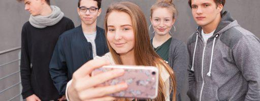 Jugendliche mit Smartphone JIM Studie 2019