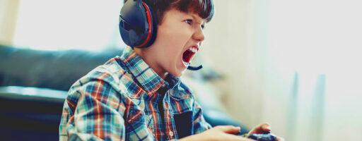 Kind an der Spielekonsole schreit - Computerspiele unterm Weihnachtsbaum