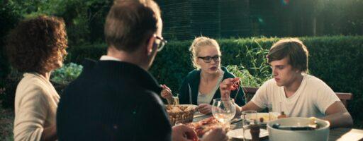 Lomo. Bildausschnitt, der die Familie von Karl beim Abendessen zeigt.