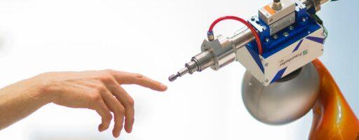 Roboterarm und Menschenarm - Digitalität und KI