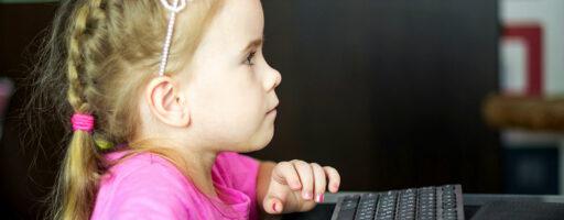 KIM-Studie 2020 - Mädchen am Computer Kinder & Medien